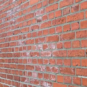 rengøring af murstensvæg indendørs